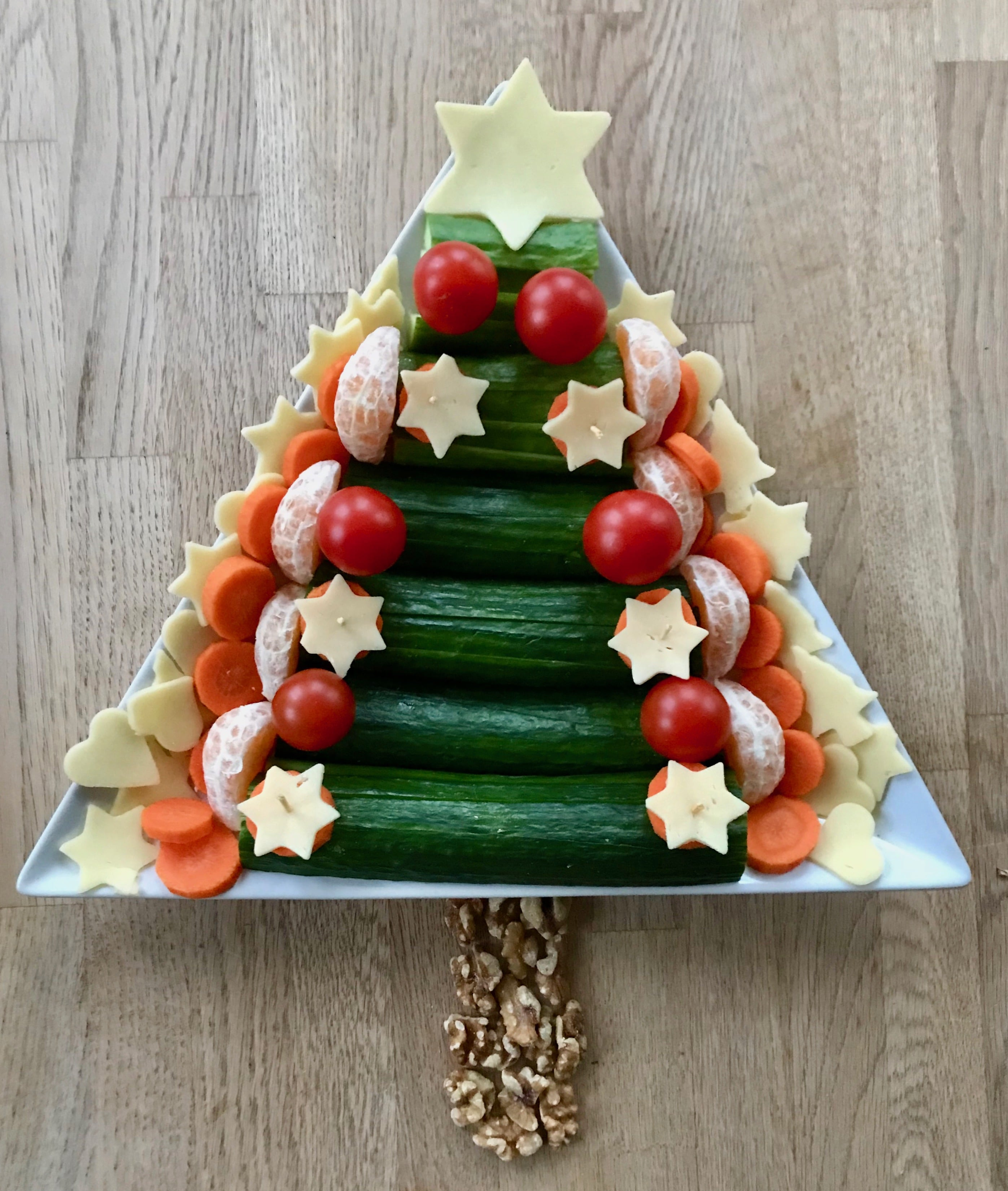 Weihnachtsbaum Gemüseteller, gesunder Partsnack, Kindergeburtstag im Winter