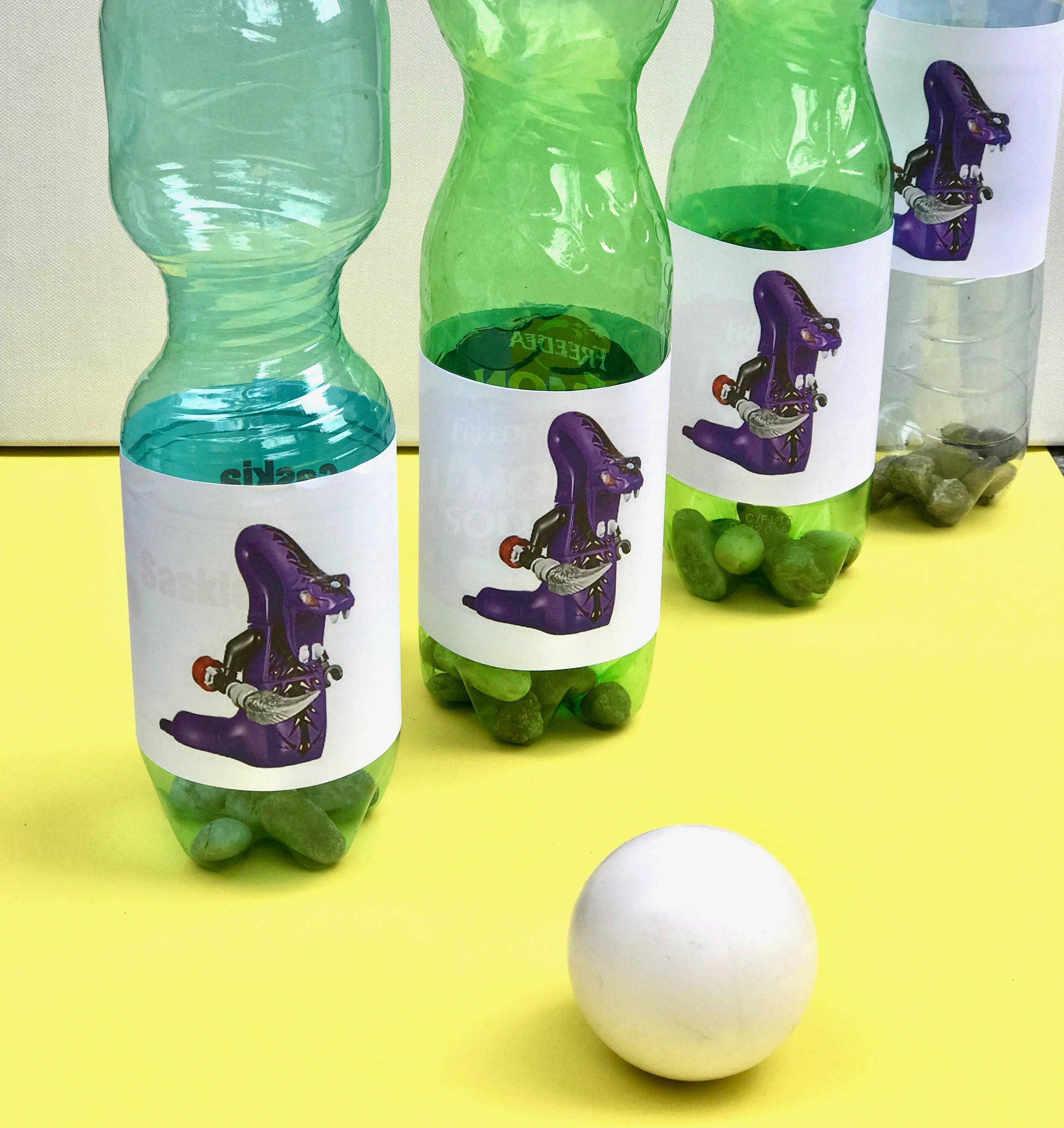 ninjago-geburtstag-spiel-idee-kegel-plastikflaschen-selbermachen-upcycling-kinder
