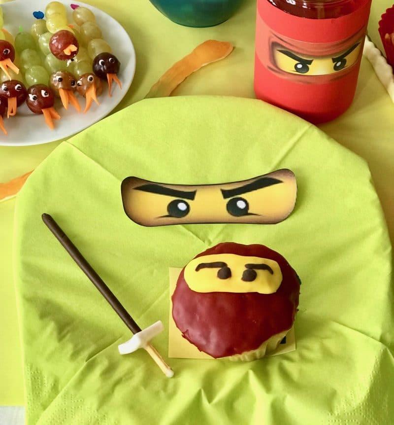 Ninjago Geburtstag, DIY Einladungskarte basteln, Tischdeko selber machen, Rezept Ninjago Muffins, Essen, Spiele, Mitgebseltüte selber machen, Spielideen